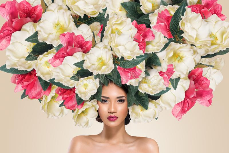Portrait abstrait de jeune belle femme avec la coiffure de fleurs photos libres de droits