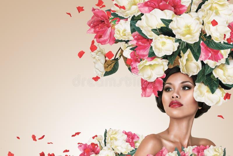 Portrait abstrait de jeune belle femme avec la coiffure de fleurs image stock