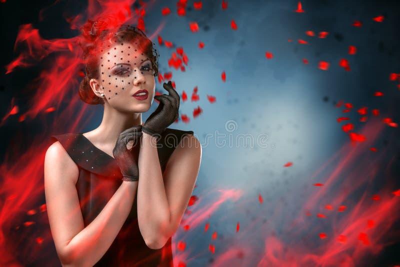 Portrait abstrait de mode de jeune femme avec la flamme photos libres de droits