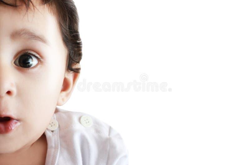 Portrait adorable étonné de plan rapproché d'enfant photos libres de droits