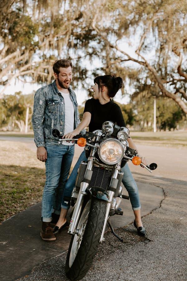 Portrait adorable aimant de deux jeunes à la mode modernes adultes beaux attirants Guy Girl Couple Kissing et étreindre photos libres de droits