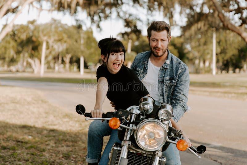 Portrait adorable aimant de deux jeunes à la mode modernes adultes beaux attirants Guy Girl Couple Kissing et étreindre photo stock