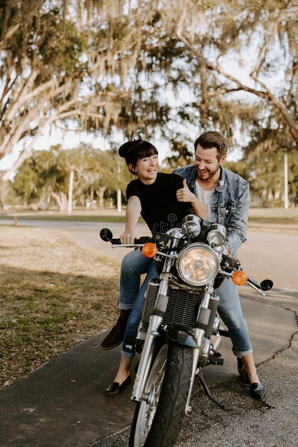 Portrait adorable aimant de deux jeunes à la mode modernes adultes beaux attirants Guy Girl Couple Kissing et étreindre photos stock