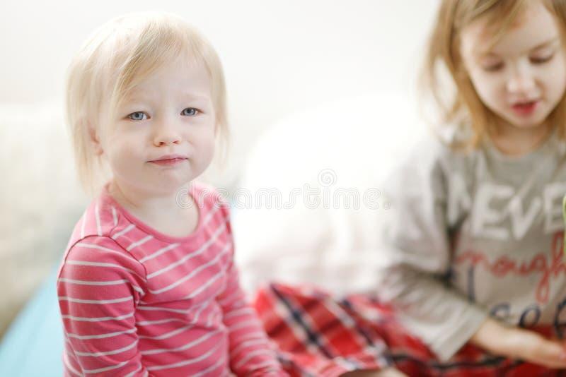 Portrait adorable de fille à la maison image stock
