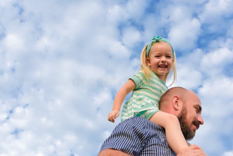 Portrait adorable de fille de père, famille heureuse, jour du ` s de père photos libres de droits