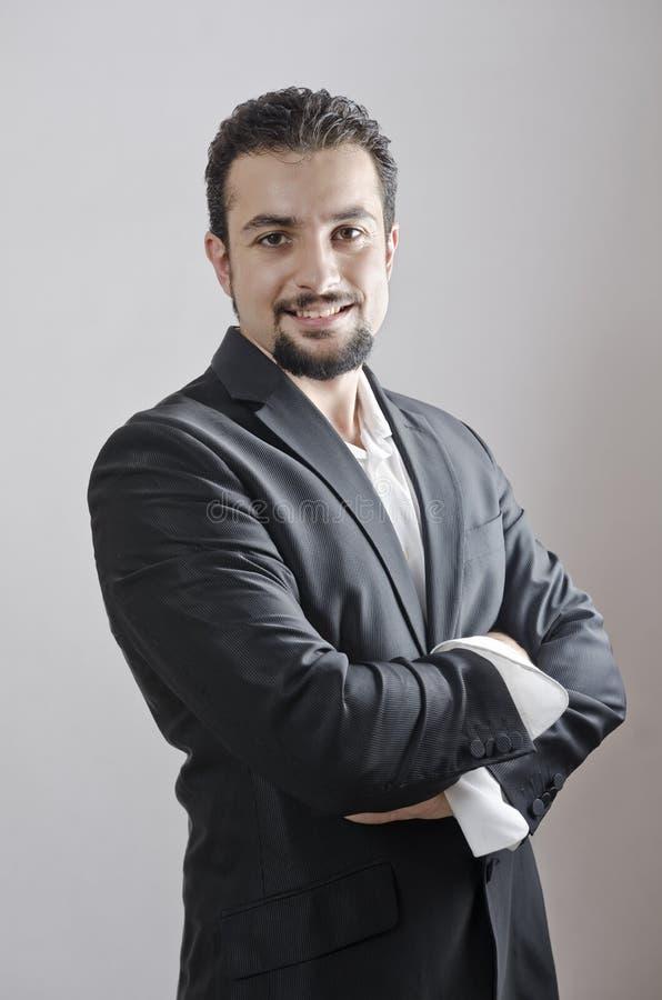 Portrait adulte d'homme avec les bras croisés photographie stock