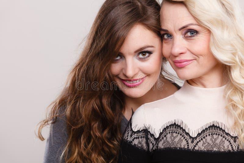 Portrait adulte de mère et de fille photographie stock