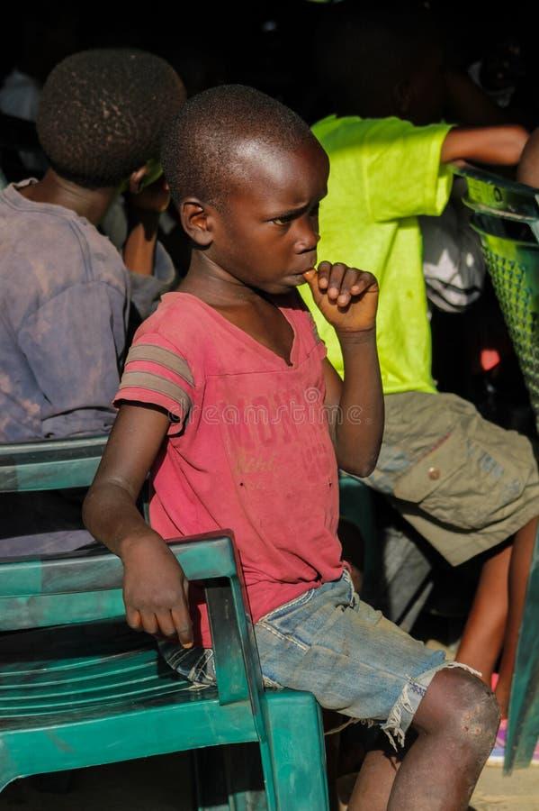 Portrait africain de petit enfant, regard africain de garçon photo stock