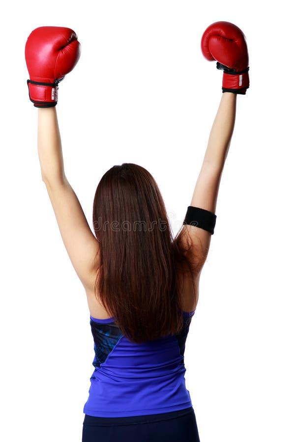Portrait arrière de vue d'une position de port de gants de boxe de jeune femme photographie stock