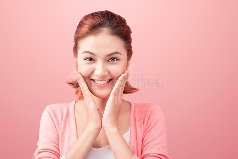 Portrait asiatique de beauté jeune Belle femme de station thermale touchant son fa image libre de droits