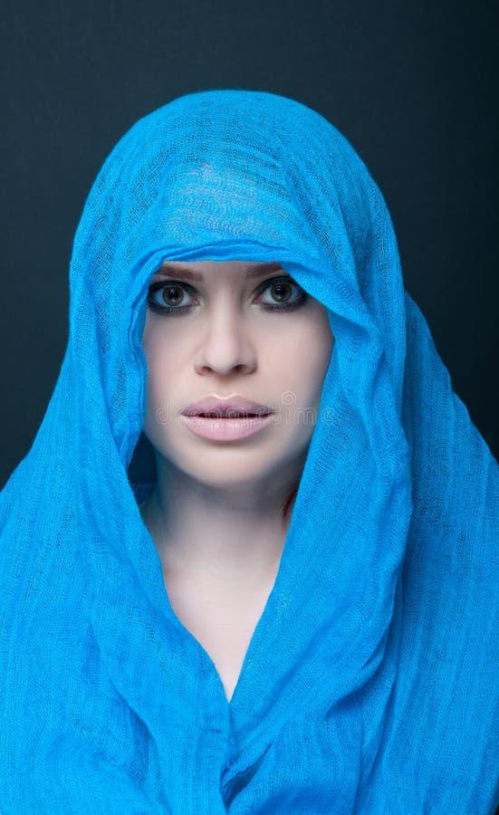 Portrait attrayant de femme avec l'écharpe aérienne photo libre de droits
