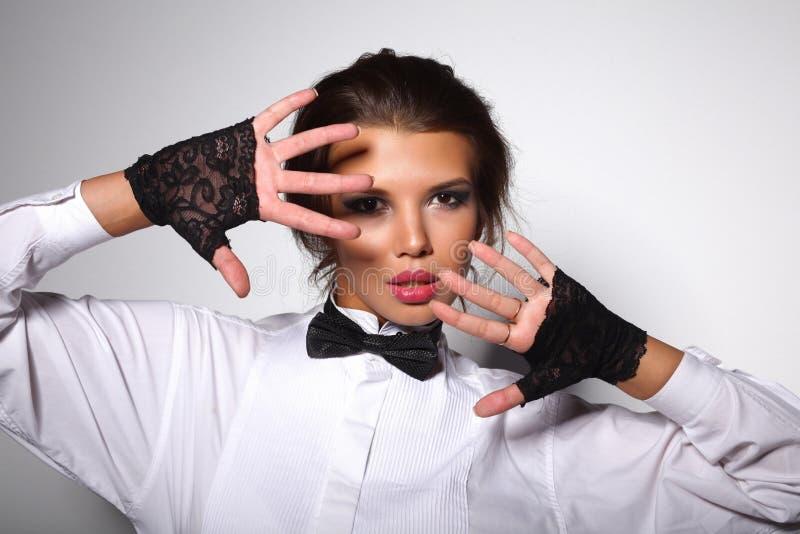 Portrait attrayant de jeune femme d'isolement sur le blanc photos stock