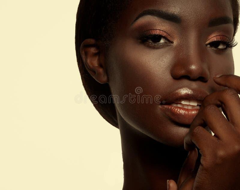 Portrait attrayant de plan rapproch? de femme d'afro-am?ricain photos libres de droits