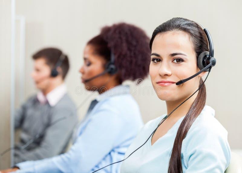 Portrait au service client féminin sûr photo stock