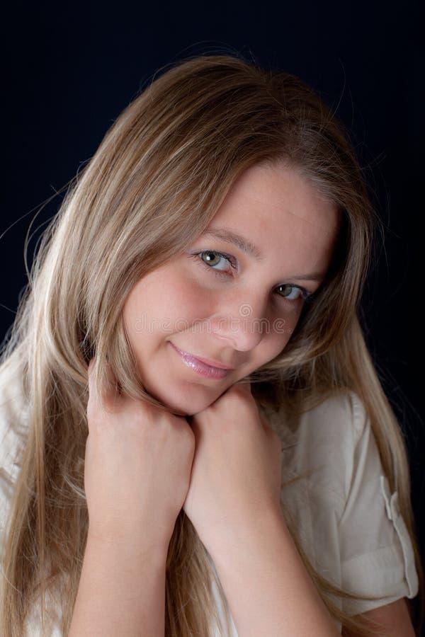 Portrait auf einem schwarzen Hintergrund stockfotos