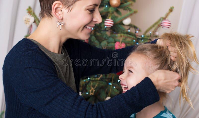 Portrait authentique de Noël de famille devant l'arbre de Noël Mère et descendant de sourire image stock