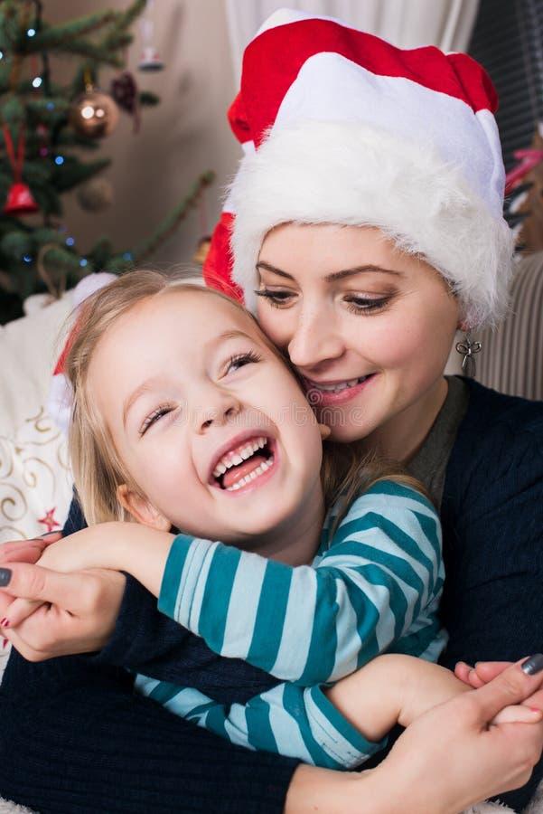 Portrait authentique de Noël de famille devant l'arbre de Noël Mère et fille de sourire à Noël images libres de droits