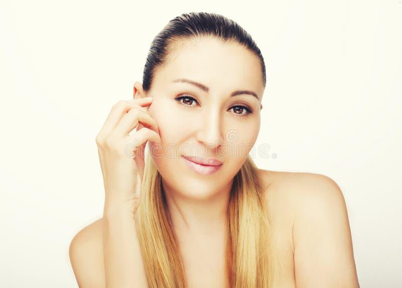 Portrait avant de beau visage avec de beaux yeux bruns photo libre de droits