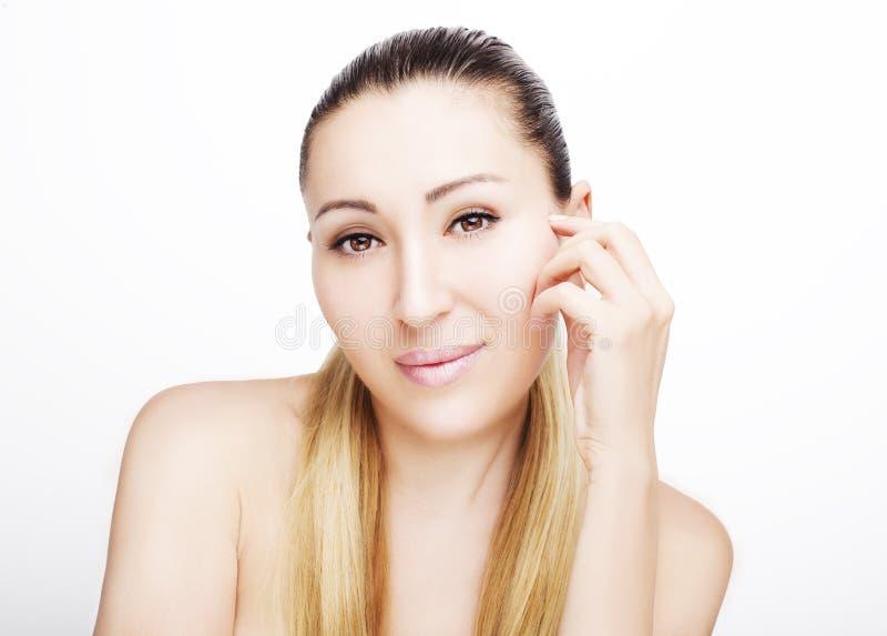 Portrait avant de beau visage avec de beaux yeux bruns photographie stock