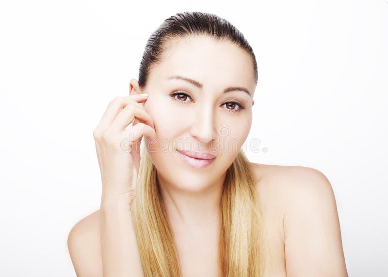Portrait avant de beau visage avec de beaux yeux bruns - d'isolement sur le blanc images stock