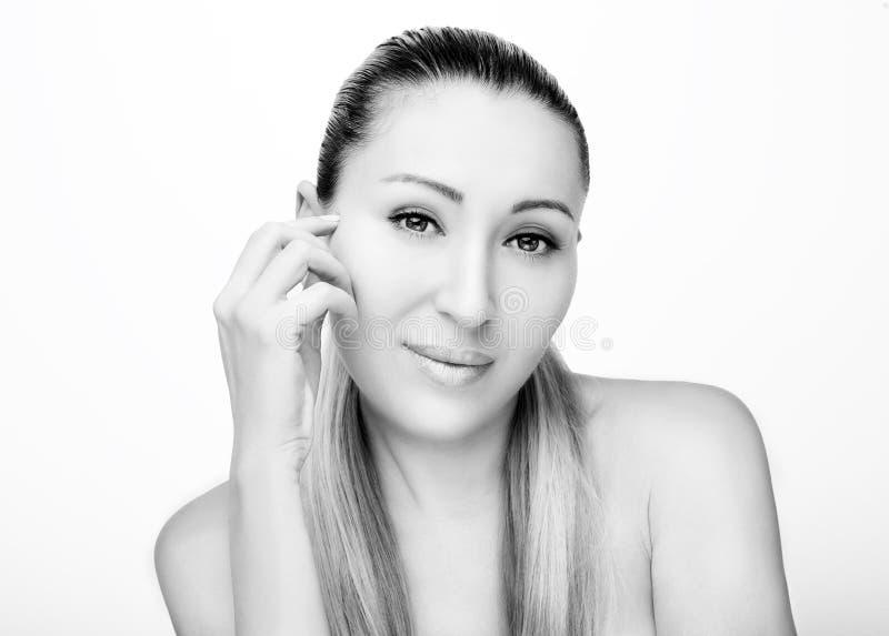 Portrait avant de beau visage avec de beaux yeux bruns monochrome photographie stock