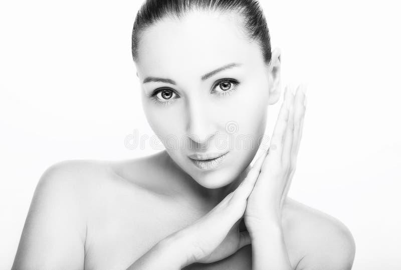 Portrait avant de beau visage avec de beaux yeux - d'isolement sur le blanc photo stock