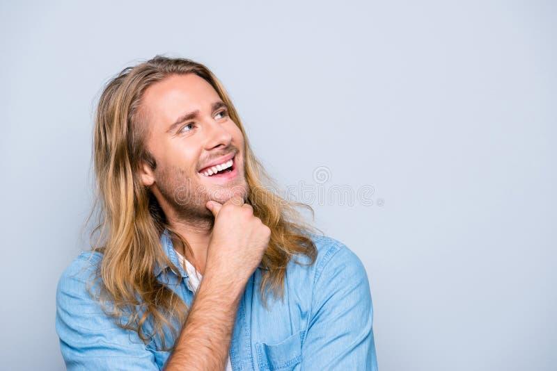 Portrait avec le copyspace de m attrayant, heureux, heureux, réfléchi photo stock