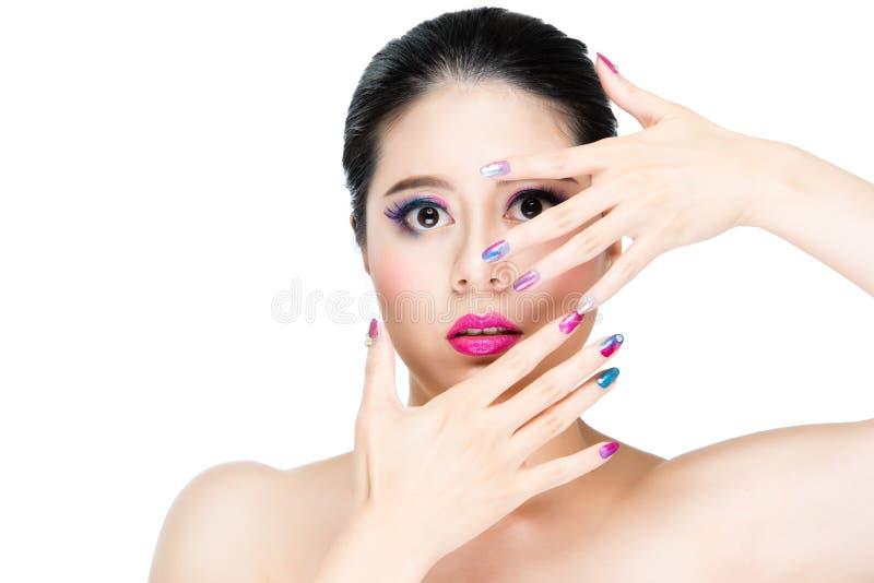 Portrait avec le maquillage vif et le clou coloré photo stock