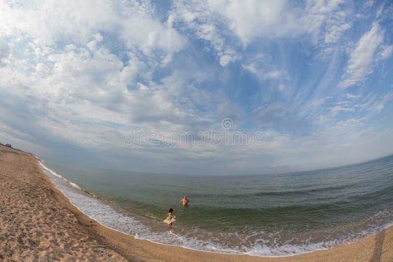 Portrait, bains heureux de petite fille en mer sur un cercle gonflable photo libre de droits