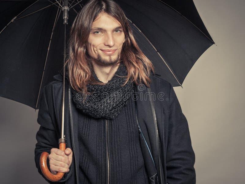 Portrait beau d'homme de mode portant le manteau noir images libres de droits