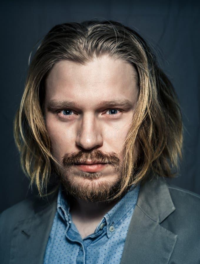 Portrait beau de studio de jeune homme, plan rapproché images libres de droits