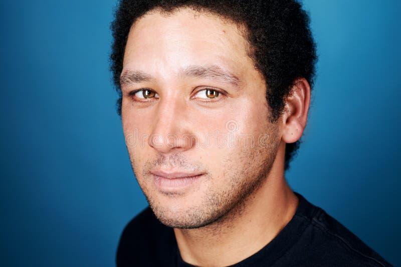 Portrait bleu d'homme de fond photos libres de droits