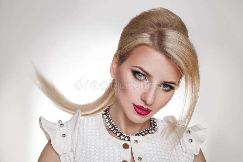 Portrait blond de femme de mode Cheveu blond coiffure coupe photos stock