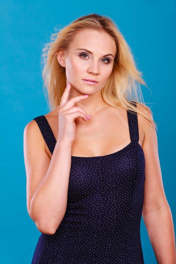 Portrait blond sensuel attrayant de femme adulte photos stock