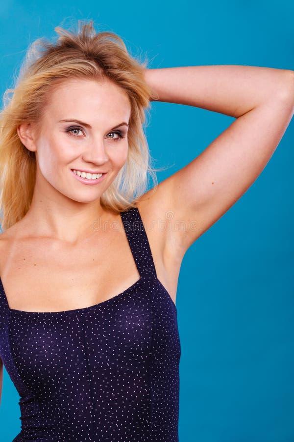 Portrait blond sensuel attrayant de femme adulte photographie stock