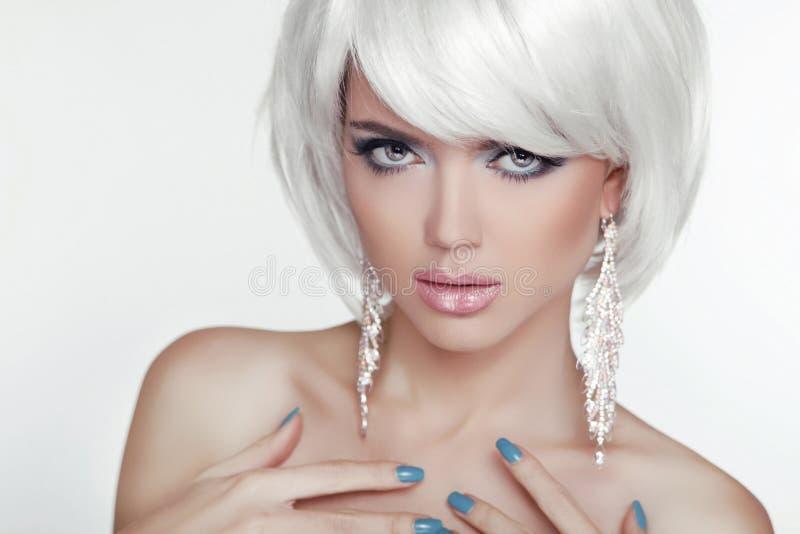 Portrait blond sexy de femme de mode avec les cheveux courts blancs. Luxe images stock