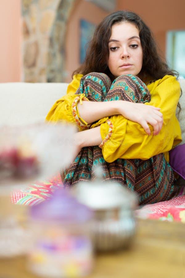 Portrait bouleversé de divan de fille image stock