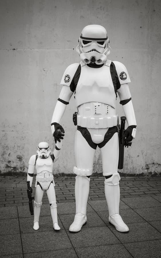 Portrait brutal de famille de père et de fils photographie stock