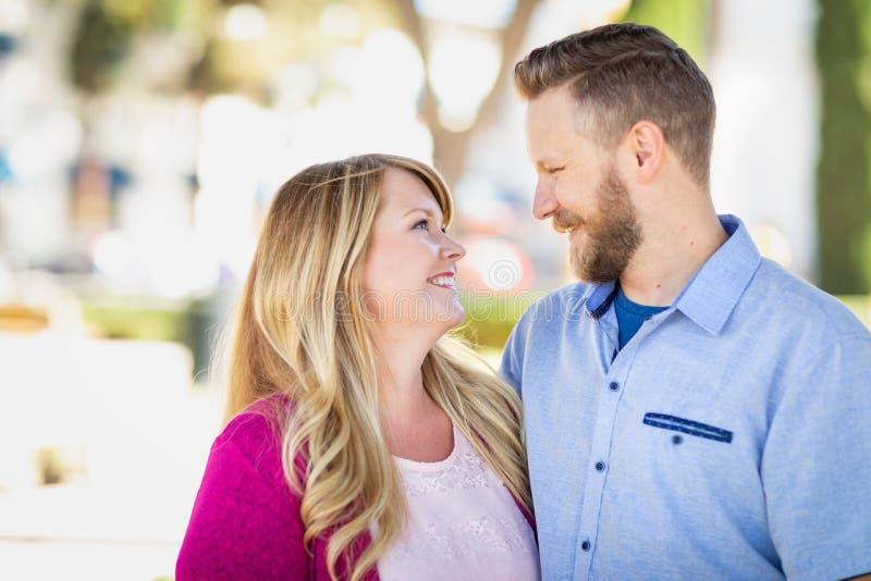 Portrait caucasien adulte amoureux de couples à un parc photo libre de droits