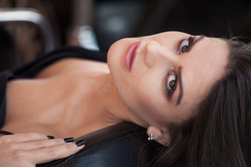 Portrait caucasien de femme de jeune brune attrayante photographie stock libre de droits