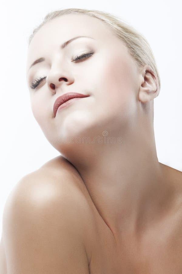 Portrait caucasien de plan rapproché de visage de beauté de femme. image stock