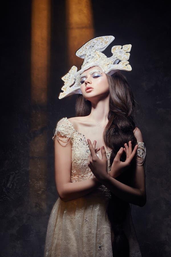 Portrait, cils et maquillage de fille de beauté d'art Peau pure, soins de la peau et cils Femme dans la robe et le diadème nation photographie stock libre de droits