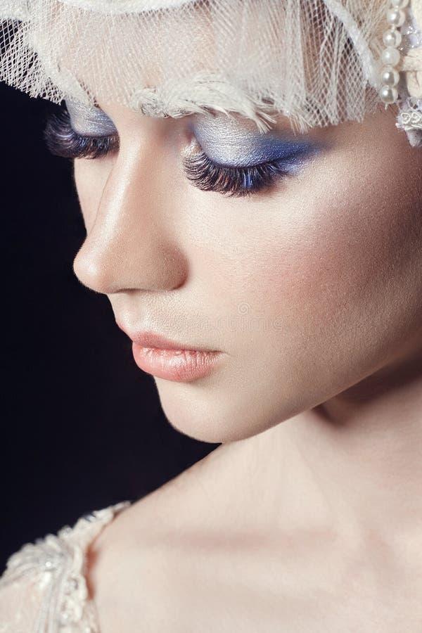 Portrait, cils et maquillage de fille de beauté d'art Peau pure, soins de la peau et cils Femme dans la robe et le diadème nation images libres de droits
