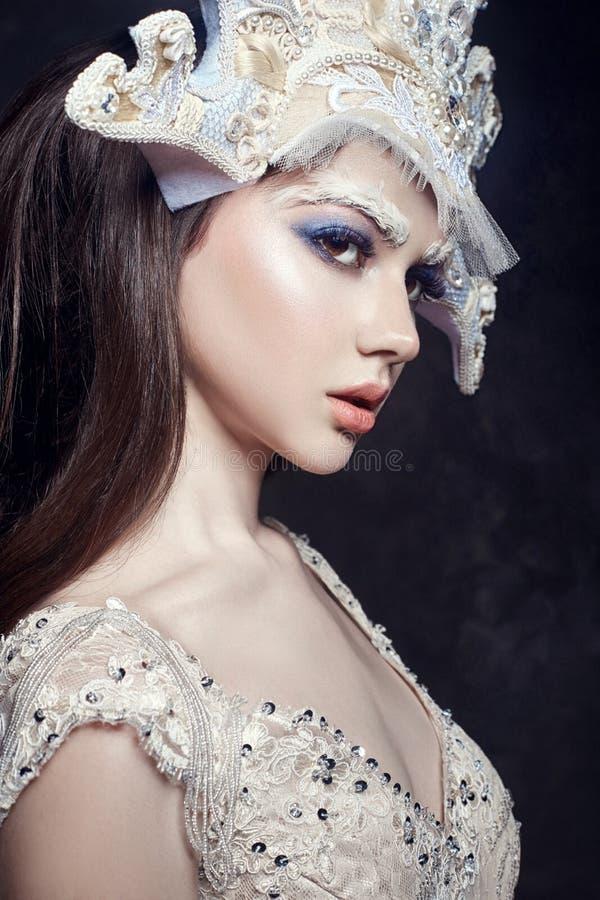 Portrait, cils et maquillage de fille de beauté d'art Peau pure, soins de la peau et cils Femme dans la robe et le diadème nation photo stock