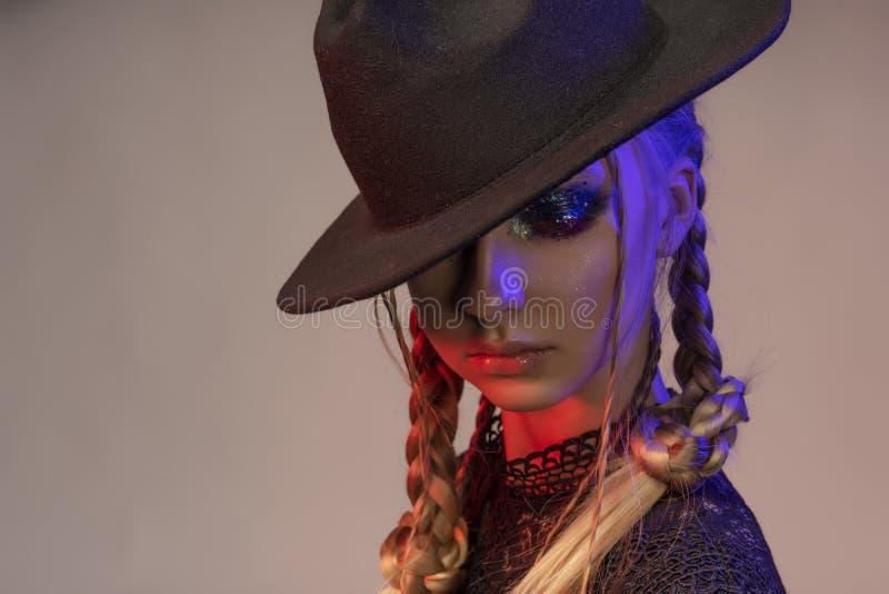 Portrait conceptuel d'une belle adolescente portant un noir images stock