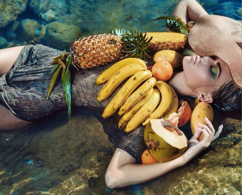 Portrait conceptuel d'une dame avec le fruit tropical photographie stock libre de droits