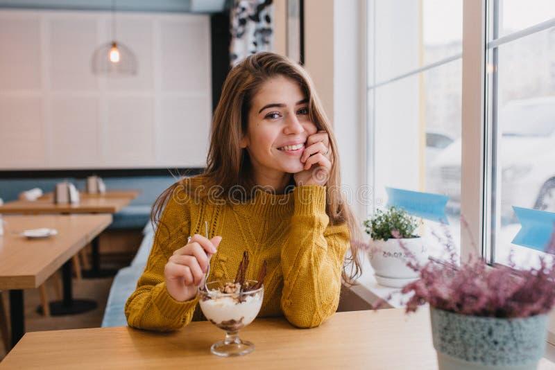 Portrait confortable de belle jeune femme refroidissant en café confortable dans l'horaire d'hiver Humeur gaie, ?motions positive photos libres de droits