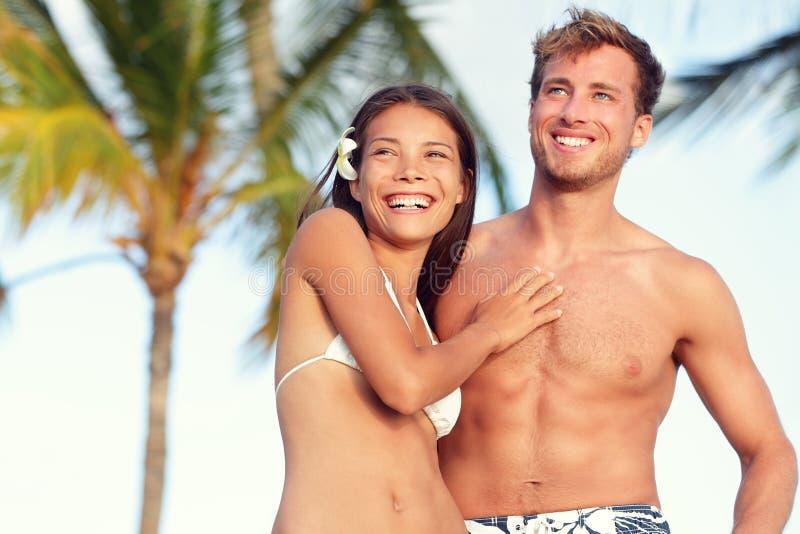 Portrait convenable de voyage de plage de couples de corps de bronzage images stock