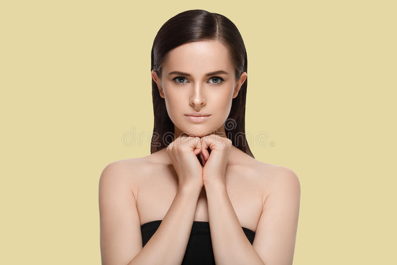 Portrait cosmétique de beauté de plan rapproché de femme Au-dessus du fond de couleur images stock