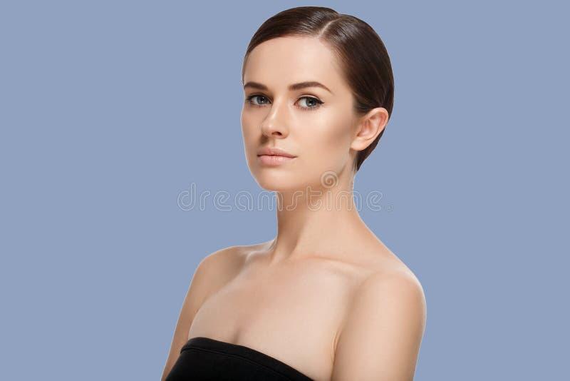 Portrait cosmétique de beauté de plan rapproché de femme Fond de couleur photographie stock